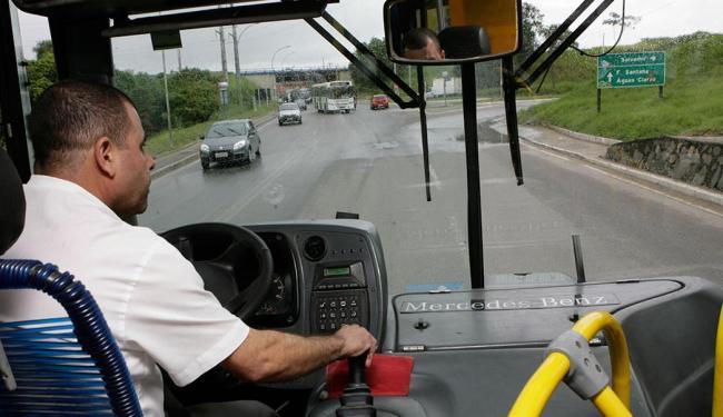 Motorista da linha Paripe-Aeroporto, Zeferino sofre com dores nas costas e engarrafamentos - Foto: Marco Aurélio Martins   Ag. A TARDE