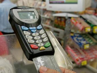 Consumidor deve ter cuidado com os juros do cartão, que podem chegar a 200% ao ano - Foto: Mila Cordeiro | Ag. A TARDE | 28.6.2012