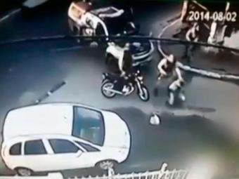 Cena do vídeo que mostra jovem sendo abordado por policiais em Salvador - Foto: Reprodução