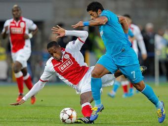 Brasileiro Hulk dribla jogador do Standard de Liège nos playoffs - Foto: Dmitry Lovetsky l AP Photo
