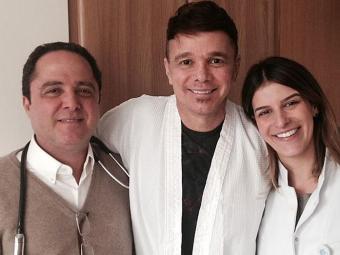 Netinho com os médicos Roberto Kalil Filho e Dra. Roberta Sareta - Foto: Reprodução | Facebook