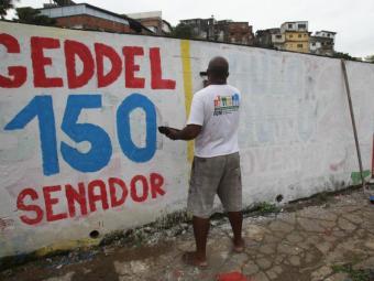 Pintura em muros, cavaletes metálicos e balões estão entre as propagandas que devem ser retiradas - Foto: Lucio Tavora   Ag. A TARDE