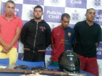 Armas e motocicleta foram apreendidos em posse dos assaltantes - Foto: Divulgação   Polícia Civil