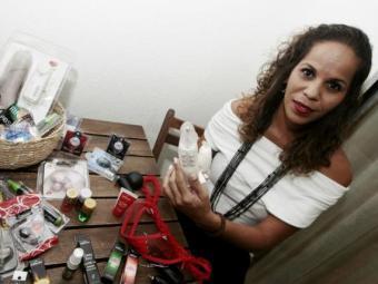 Silvia Matos vende artigos eróticos em domicílio - Foto: Mila Cordeiro| Ag. A TARDE