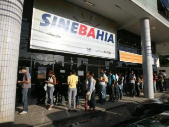 Os candidatos devem se dirigir à unidade do SineBahia ou aos postos do SAC com a documentação - Foto: Arestides Baptista   Ag. A TARDE