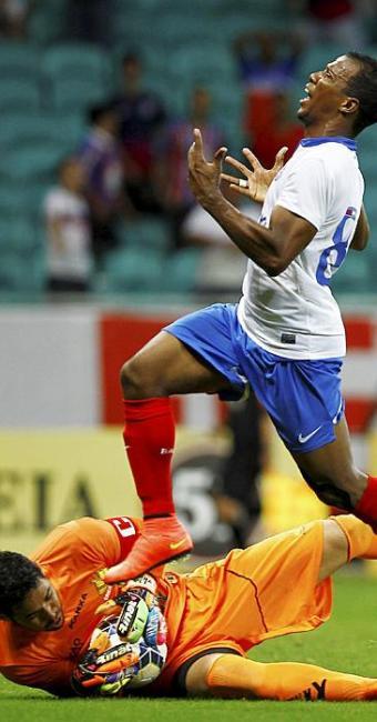 Guilherme Santos lamenta passe mal dado pelo colega William Barbio. A bola fica nas mãos do goleiro - Foto: Eduardo Martins | Ag. A TARDE