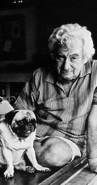 Foto do escritor e cão de estimação, em sua casa no Rio Vermelho - Foto: Cedida pela LK Comunicação | Divulgação
