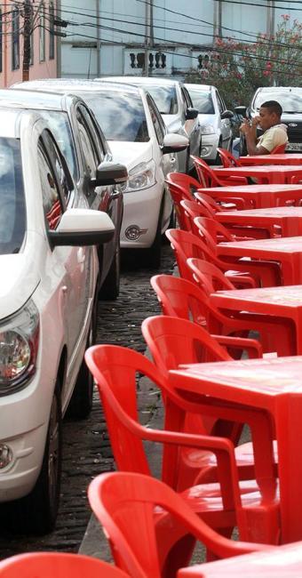 Na Mouraria, obstrução impede a passagem de deficientes visuais e outros pedestres - Foto: Lúcio Távora | Ag. A TARDE