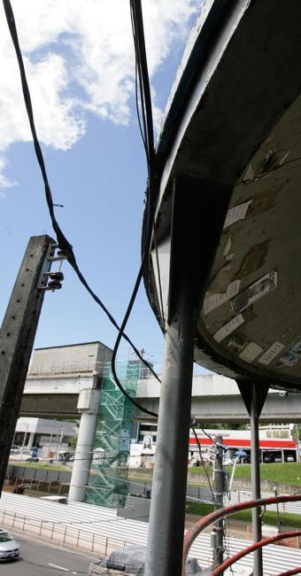 Na avenida Bonocô, a rede de iluminação pública fica próximo da estrutura metálica - Foto: Marco Aurélio Martins | Ag. A TARDE