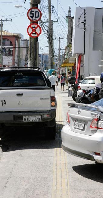 Apesar de sua importância, trecho de calçada sinalizado é ocupado frequentemente por veículos - Foto: Marco Aurélio Martins | Ag. A TARDE