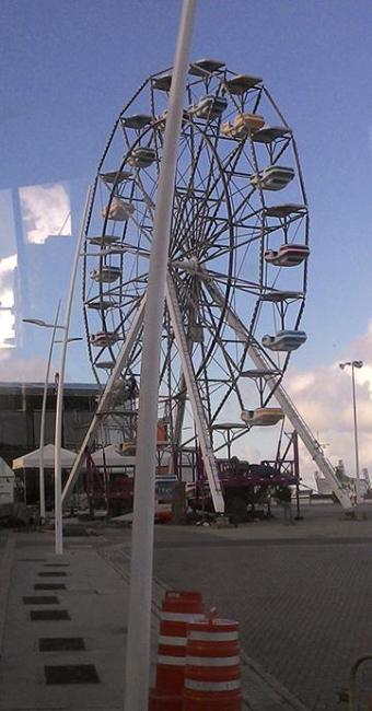 Roda gigante é montada em frente ao Farol da Barra - Foto: Cidadão Repórter | Ag. A TARDE