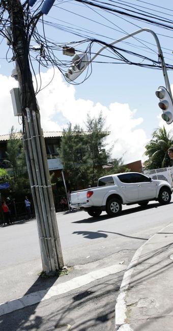 Rua Francisco Paiva Marques tem poste no meio da rua - Foto: Marco Aurélio Martins | Ag. A TARDE