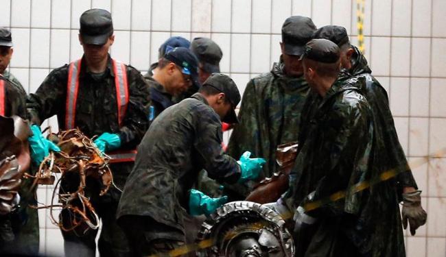 Equipe busca restos mortais e objetos - Foto: Agência Reuters