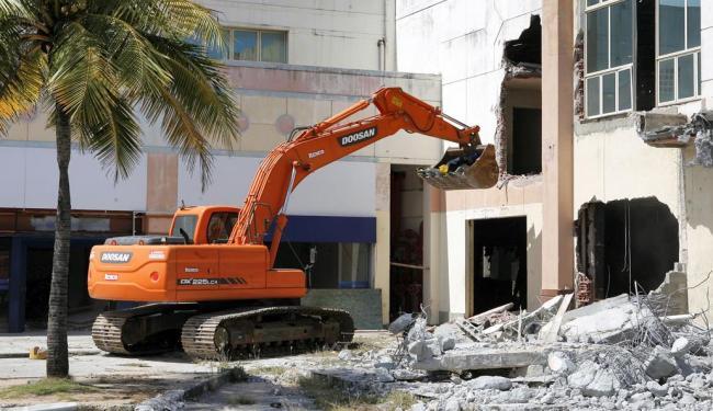 Máquinas realizaram a derrubada da estrutura do Aeroclube - Foto: Marco Aurélio Martins | Ag. A TARDE
