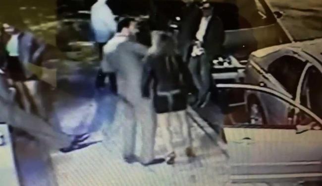 Momento em que o comerciante acerta o rosto de Fernanda - Foto: Reprodução | Youtube