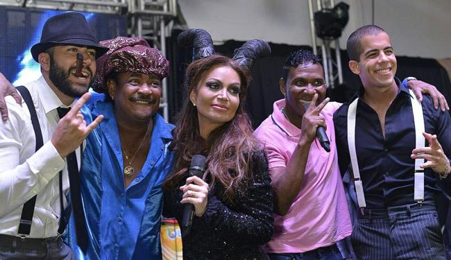 Fantasiada de Malévola, Sol sobe ao palco para animar a festa com o É o Tchan e Oito7nove4 - Foto: Divulgação | Karina Brasil