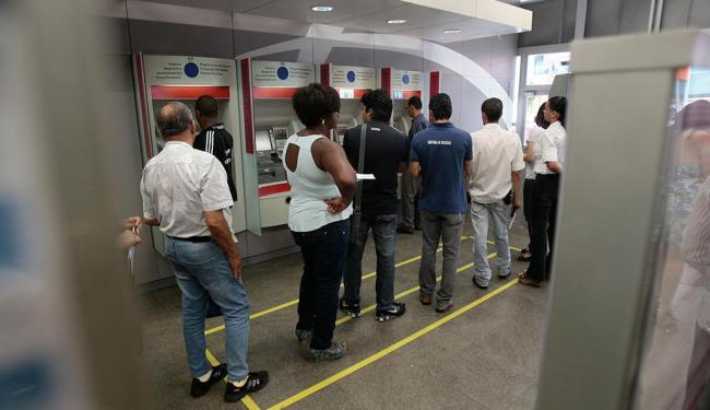 Os clientes de bancos do país têm sofrido também nas filas dos caixas eletrônicos - Foto: Raul Spinassé   Ag. A TARDE  14.10.2013