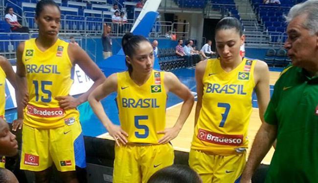 Técnico Luiz Zanon dando orientações às jogadoras durante a partida - Foto: Divulgação | CBB