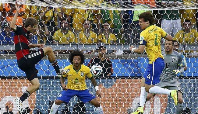 Mueller escora para marcar o gol da Alemanha contra o Brasil na Copa - Foto: Kai Pfaffenbach   Reuters