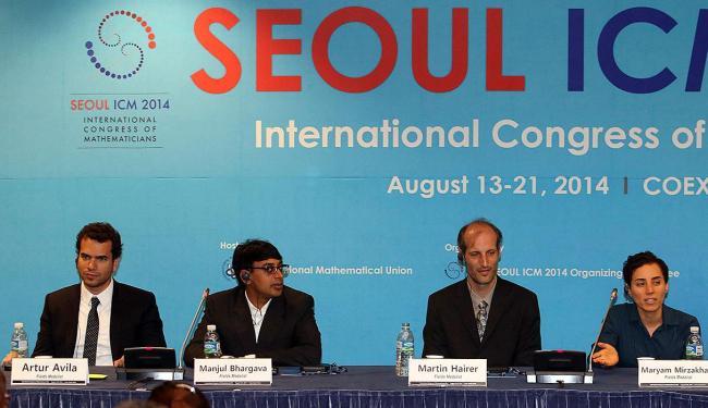 Artur Ávila (à esquerda) participa de coletiva de imprensa após a premiação - Foto: Agência Reuters