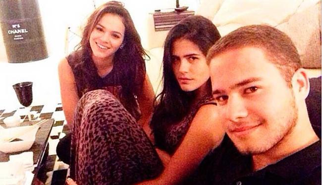 Bruna Marquezine, Antonia Moraes e Victor Oliveira, em foto postada no Instagram de Victor - Foto: Reprodução | Instagram