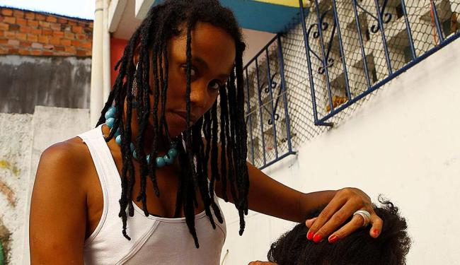 Cabeleireira Elísia Santos foi vítima de racismo ao defender o visual afro nos cabelos - Foto: Eduardo Martins | Ag. A TARDE