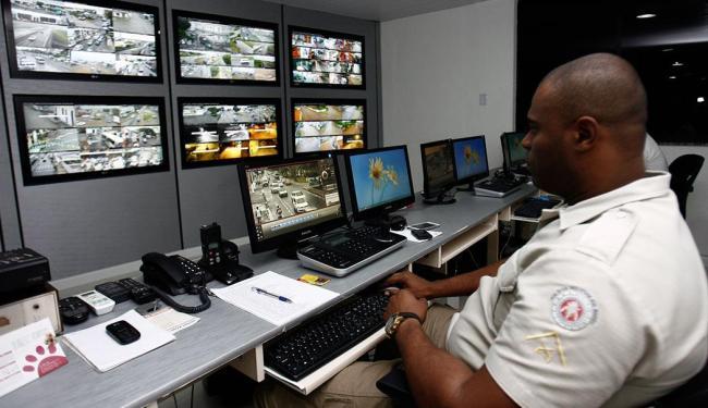 Na sede da central, operadores têm acesso a imagens captadas em diversas áreas da cidade - Foto: Luiz Tito   Ag. A TARDE