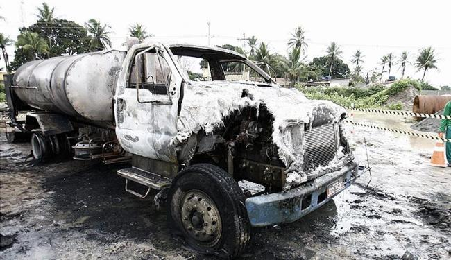 Bombeiros conseguiram controlar as chamas que atingiram caminhão - Foto: Luiz Tito | Ag. A TARDE