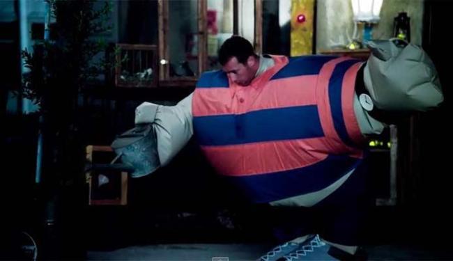 Chris Martin interpreta um gordo no clipe - Foto: Reprodução