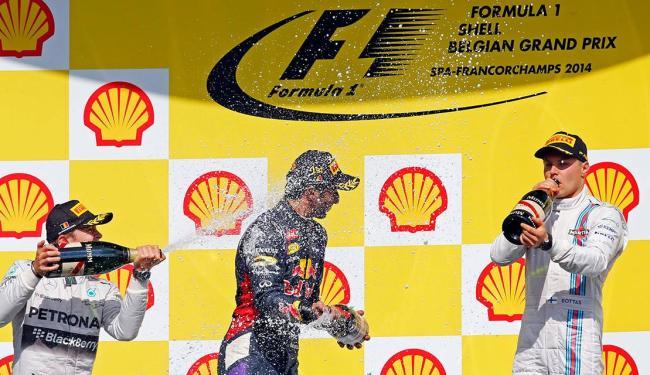 Grande vencedor, Daniel Ricciardo (centro) voltou a desbancar a Mercedes - Foto: Agência Reuters