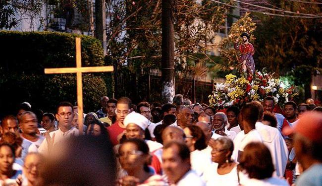 Após missa festiva, fiéis saíram em procissão pelas ruas da Federação - Foto: Mila Cordeiro   Ag. A TARDE