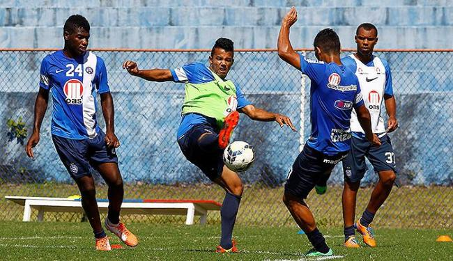 Feijão (E), Railan (C) e Jeam disputam bola em treino - Foto: Eduardo Martins   Ag. A TARDE
