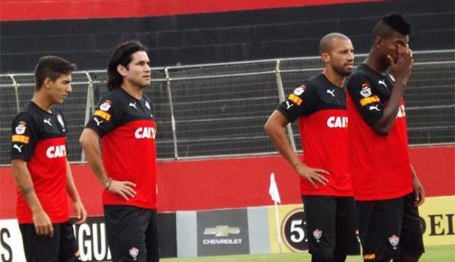 O meia Luís Aguiar, segundo da esquerda para direita, pode fazer sua estreia nesta sábado - Foto: Divulgação l E.C. Vitória