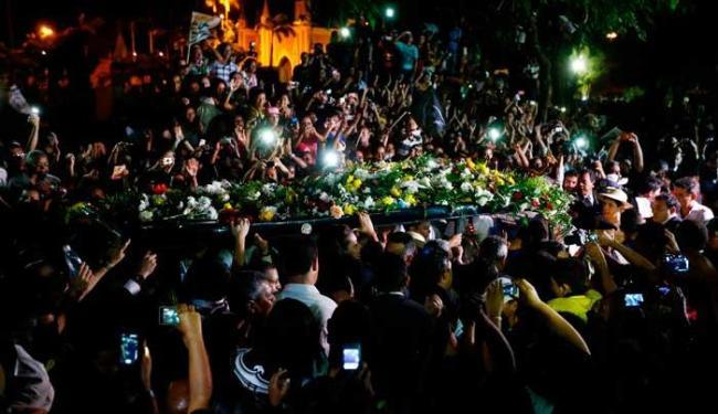 Caixão de Campos é conduzido em meio à multidão - Foto: Agência Reuters