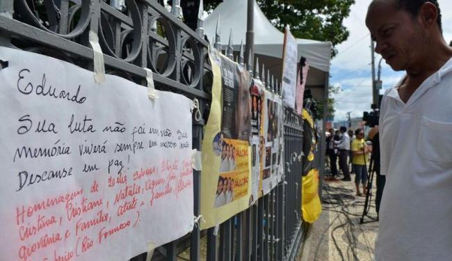 Pernambucanos colocaram cartazes e flores na sede do governo de Pernambuco - Foto: Fernando Frazão | Agência Brasil