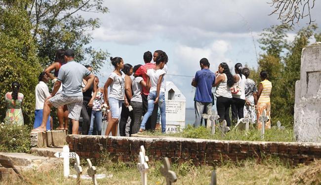 Sepultamentos de quatro vítimas da chacina ocorreram no subúrbio ferroviário na segunda-feira, 11 - Foto: Edilson Lima | Ag. A TARDE