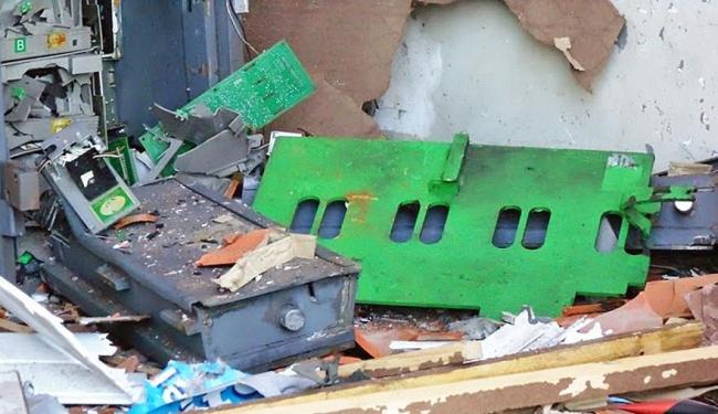 Caixa ficou destruído mas bandidos levaram apenas uma parte do dinheiro - Foto: Leandro Alves   Portal Bahia News