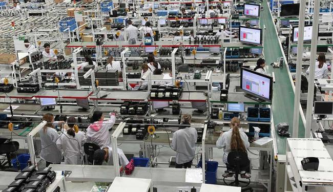 Pessimismo provoca cortes em vários setores da economia, como as indústrias - Foto: Gilson Abreu   Divulgação
