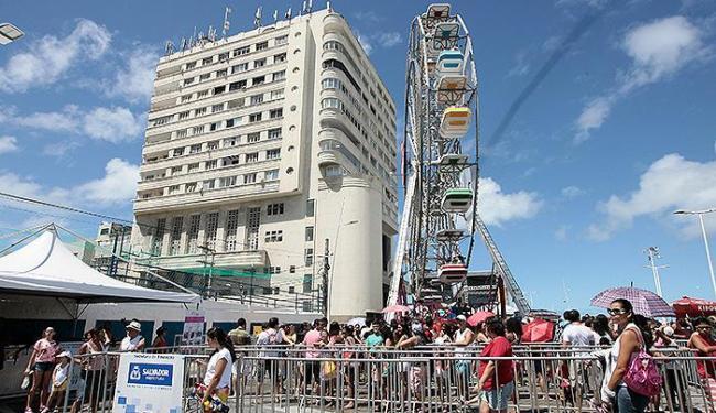 Uma das atrações foi a roda-gigante, em frente ao Farol - Foto: Mila Cordeiro | Ag. A TARDE