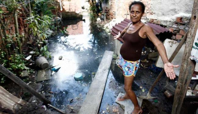 Edna Farias Santos mostra o quintal de sua casa - Foto: Luiz Tito | Ag. A TARDE