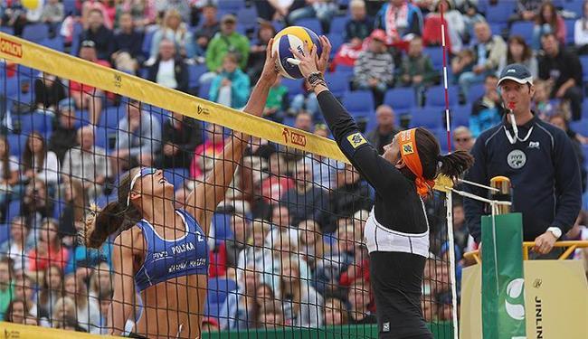 Fernanda Bertt (à dir) e a parceira Taiana venceram seus jogos pelas oitavas e quartas de final - Foto: Divulgação l FIVB
