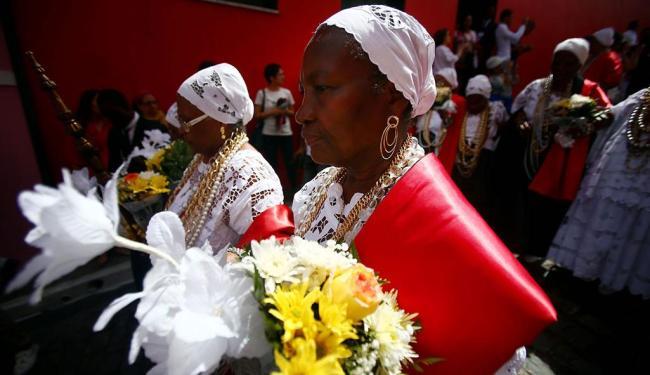 Integrantes da irmandade religiosa participam da procissão em trajes típicos - Foto: Raul Spinassé | Ag. A TARDE