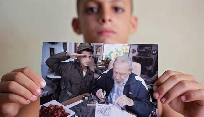 Marlon Méndez conheceu o ex-presidente cubano e exibe a foto do encontro - Foto: Enrique de la Osa   Reuters