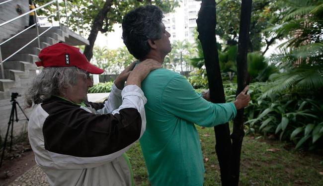 Pierre Capelle, curandeiro francês, e o designer Henry Benevides no ateliê O Despertar da Árvore - Foto: Mila Cordeiro | Ag. A TARDE