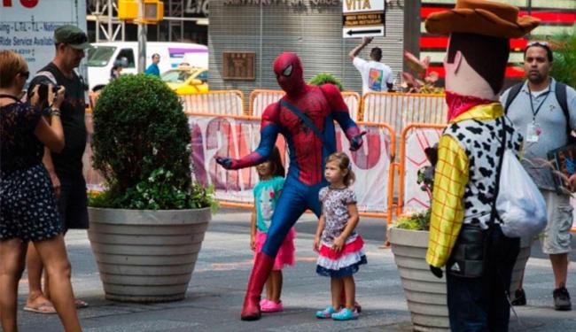 Homem-aranha posa com crianças em Nova York - Foto: Lucas Jackson | Ag. Reuters