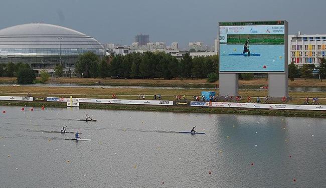 Isaquias, em destaque no telão, vem reinando na raia olímpica de Moscou - Foto: Divulgação l Confederação Brasileira de Canoagem