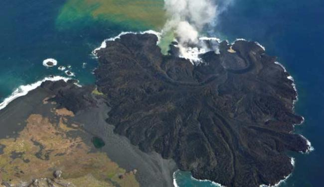 Ilha cresce anualmente por conta do vulcão - Foto: Guarda Costeira do Japão