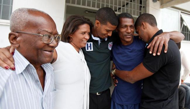 Pereira comemorou junto com a família após mais de três anos de angústia desde a condenação, em julh - Foto: Edilson Lima   Ag. A TARDE