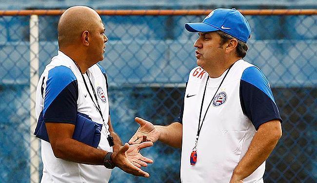 Charles conversa com Kleina no centro do campo antes de treino - Foto: Eduardo Martins   Ag. A TARDE