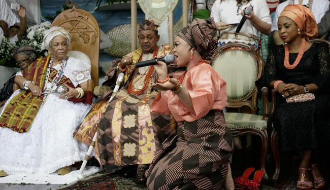 Uma das 38 esposas do rei entoou cântico sagrado dedicado a ele em visita ao Terreiro do Gantois - Foto: Marco Aurélio Martins | Ag. A TARDE
